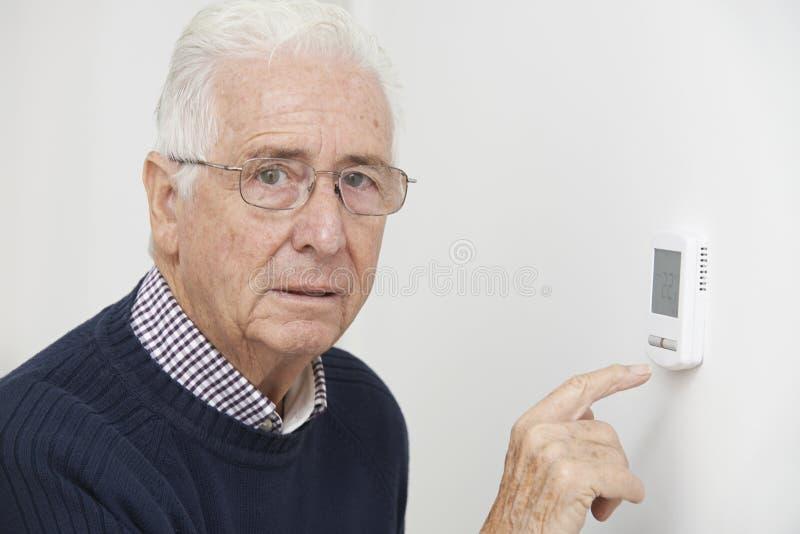 Zmartwiony Starszy mężczyzna Obraca puszka Środkowego ogrzewania cieplarkę obrazy stock