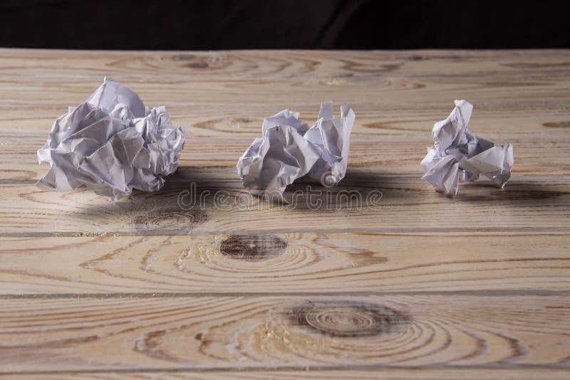 Zmięta biała księga na drewnianym stole zdjęcia royalty free