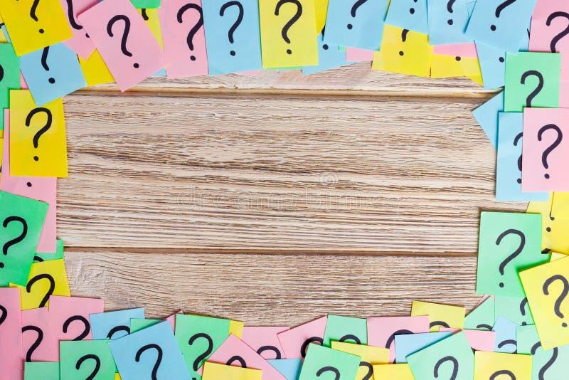 Zmięta kolorowa papier notatek rama z znakami zapytania obraz royalty free