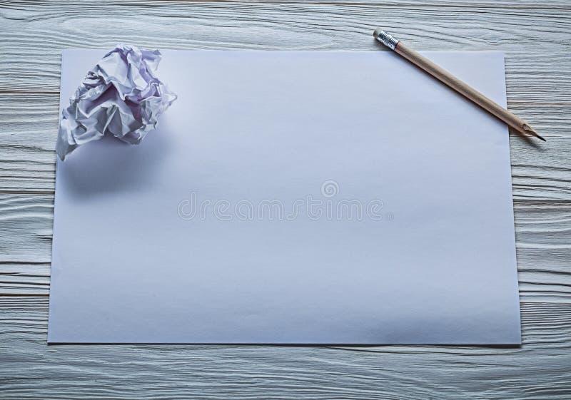 Zmięta papierowa piłka na białym prześcieradle papier i ołówek zdjęcie royalty free