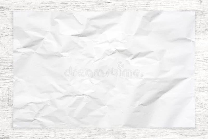 Zmięta papierowa tekstura na białym drewnianym tle zdjęcia royalty free