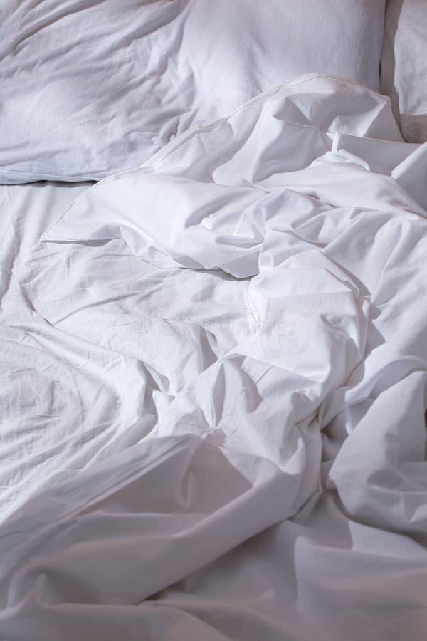 Zmięty biały łóżko zdjęcia royalty free