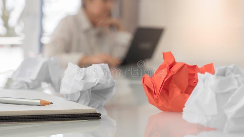 Zmięty papier i sketchbook z piórem przed kobietą z laptopem obrazy royalty free