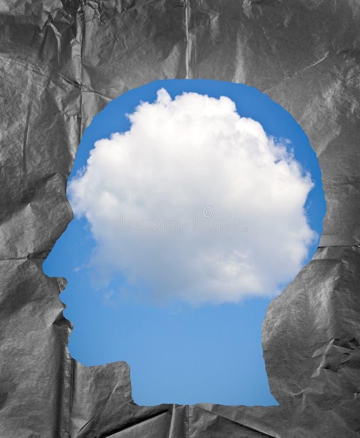 Zmięty papier kształtujący jako ludzka głowa Chmurny niebo wśrodku hea obraz stock