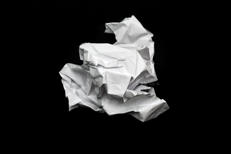 Zmięty papier na czarnym tle obraz stock