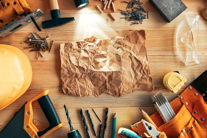 Zmięty papieru egzamin próbny na w górę woodwork biurka obrazy royalty free