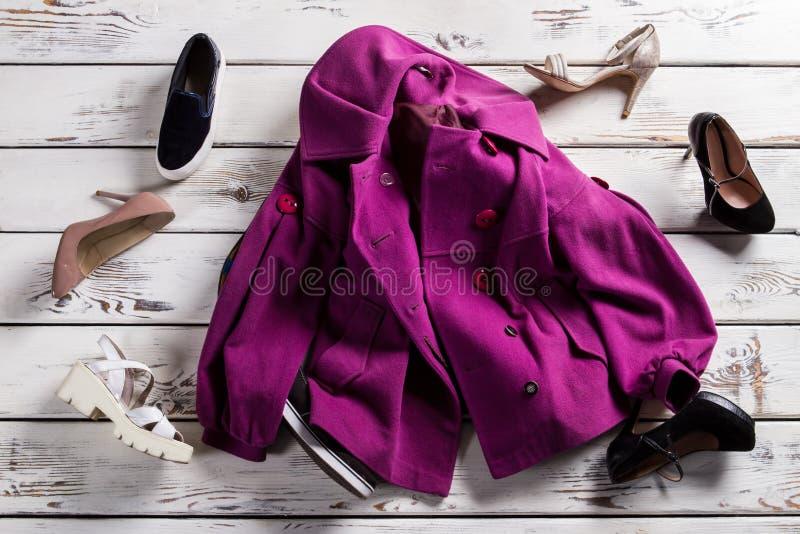 Zmięty purpura żakiet, buty i obrazy royalty free