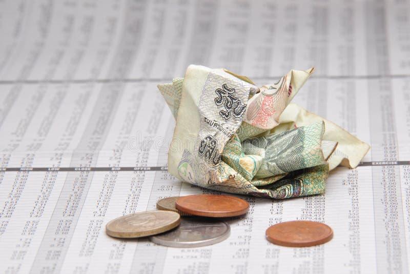 Zmięty Tajlandzki banknot i mała zmiana na akcyjnych wycena obraz stock