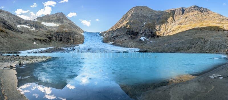 Zmiana klimatu sztandar - panoramy roztapiający lodowiec widok zdjęcie stock