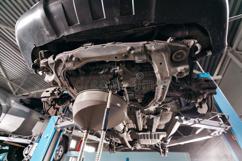 Zmiana Parowozowy olej pracować pod podnoszącym samochodem zdjęcie royalty free