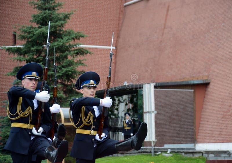 Zmiana strażnik honor przy grób niewiadomy żołnierz w Aleksander ogródzie obrazy royalty free