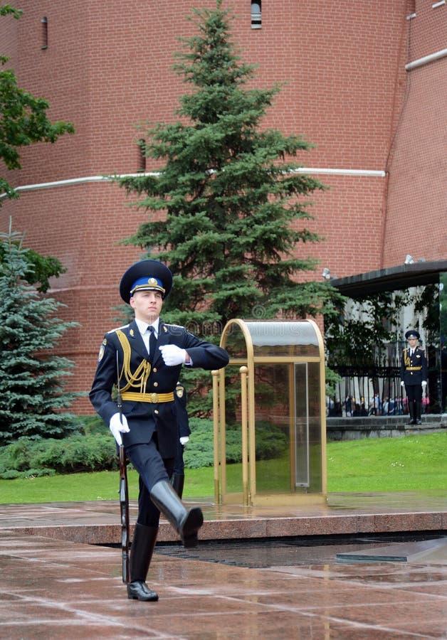 Zmiana strażnik honor przy grób niewiadomy żołnierz w Aleksander ogródzie obraz royalty free