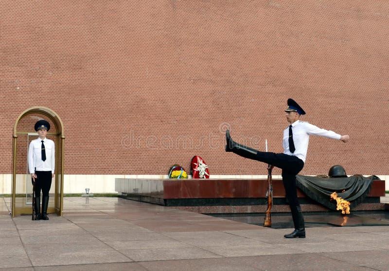 Zmiana strażnik honor przy grobowem Niewiadomy żołnierz w Aleksander ogródzie Moskwa zdjęcie royalty free
