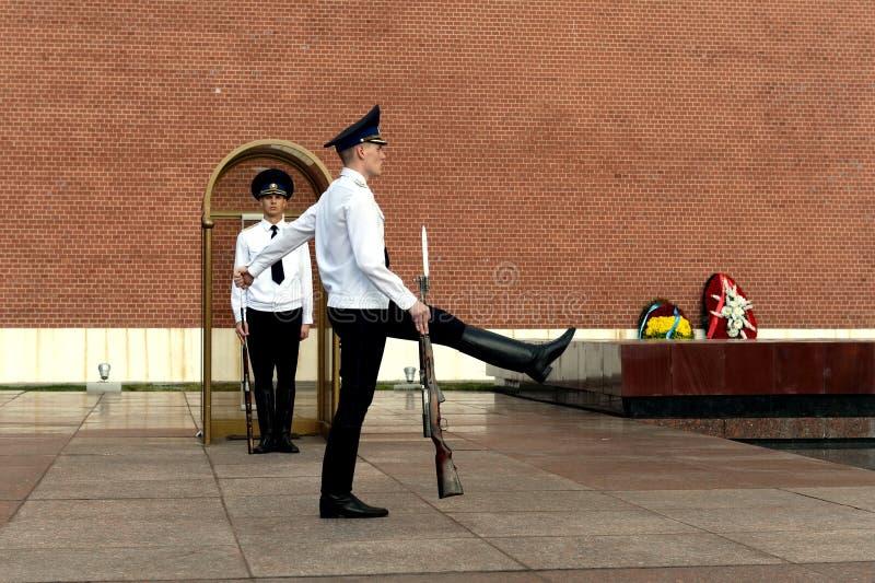 Zmiana strażnik honor przy grobowem Niewiadomy żołnierz w Aleksander ogródzie Moskwa zdjęcie stock