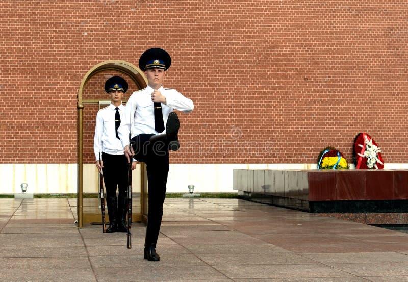 Zmiana strażnik honor przy grobowem Niewiadomy żołnierz w Aleksander ogródzie Moskwa obraz stock