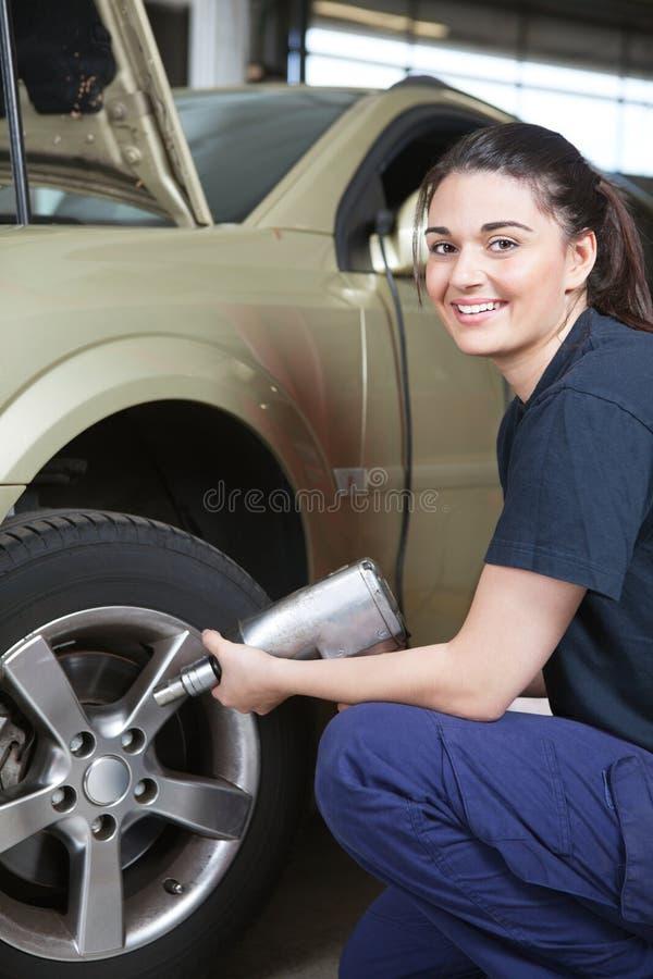 zmiany szczęśliwa mechanika opony kobieta obrazy stock