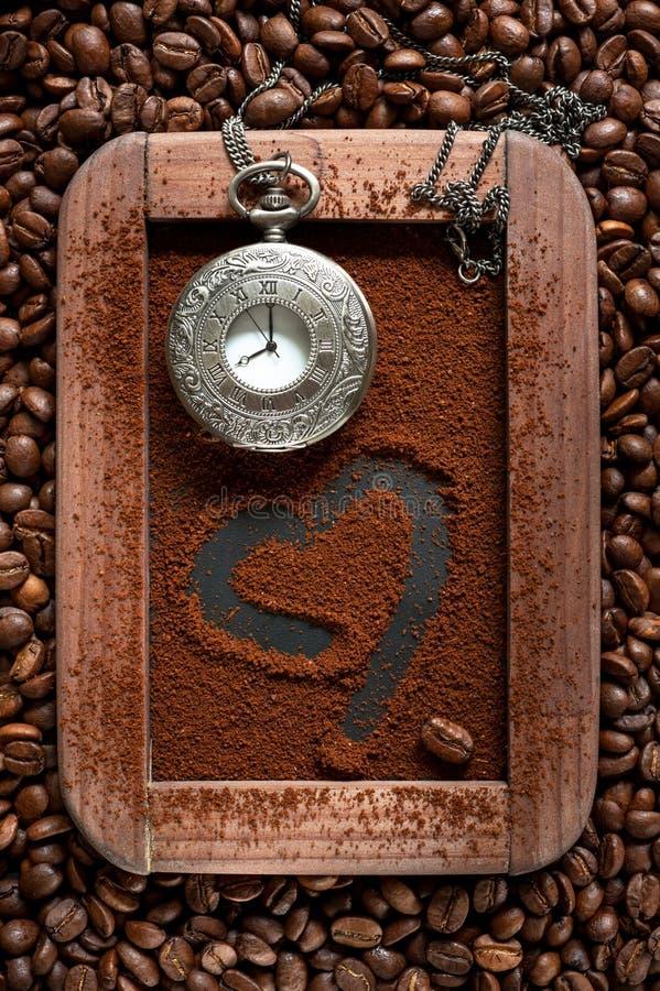 Zmielona kawa na chalkboard z rocznika zegarem. Kawowy czasu pojęcie obraz royalty free
