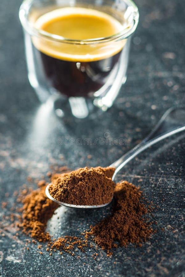 Zmielona kawa w łyżce zdjęcie stock