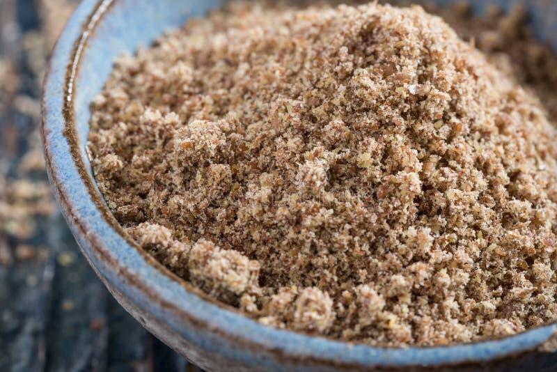 Zmielony Flaxseed w błękitnym ceramicznym pucharze obrazy stock