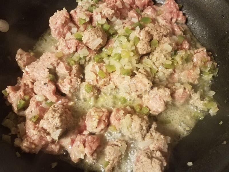 Zmielony indyczy mięso i warzywa w smażyć nieckę obrazy stock