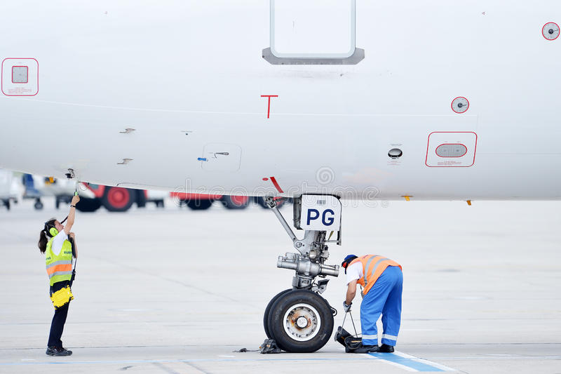 Zmielony Lotniskowy pracownik Sprawdza samolot obraz royalty free