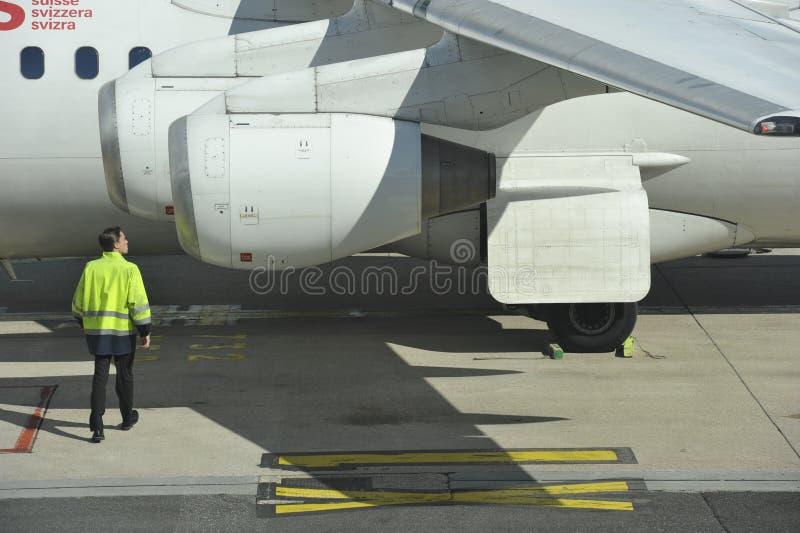 Zmielony pracownik Sprawdza samolot obraz stock