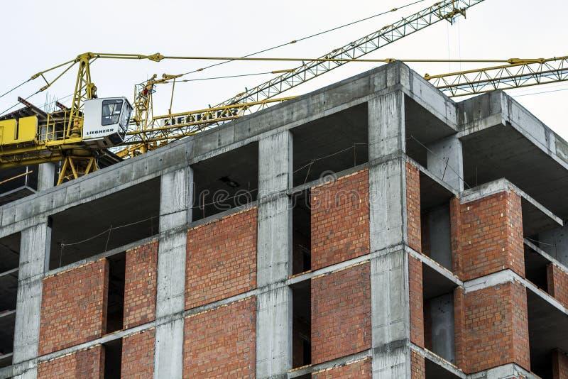 Zmielony widok nowy nowożytny mieszkaniowy domowy budynek w budowie Nieruchomość rozwoju pojęcie Wielopiętrowy dom od zdjęcie stock