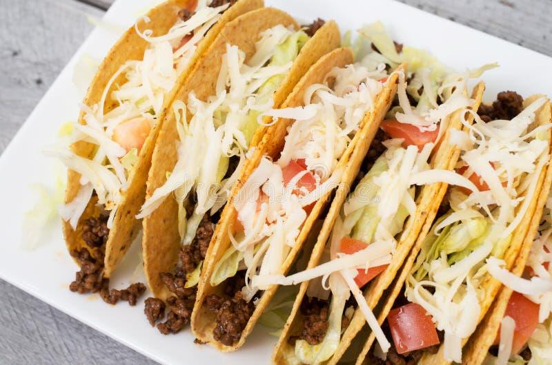 Zmielony wołowiny tacos z serową sałatą i pomidorami zdjęcia stock
