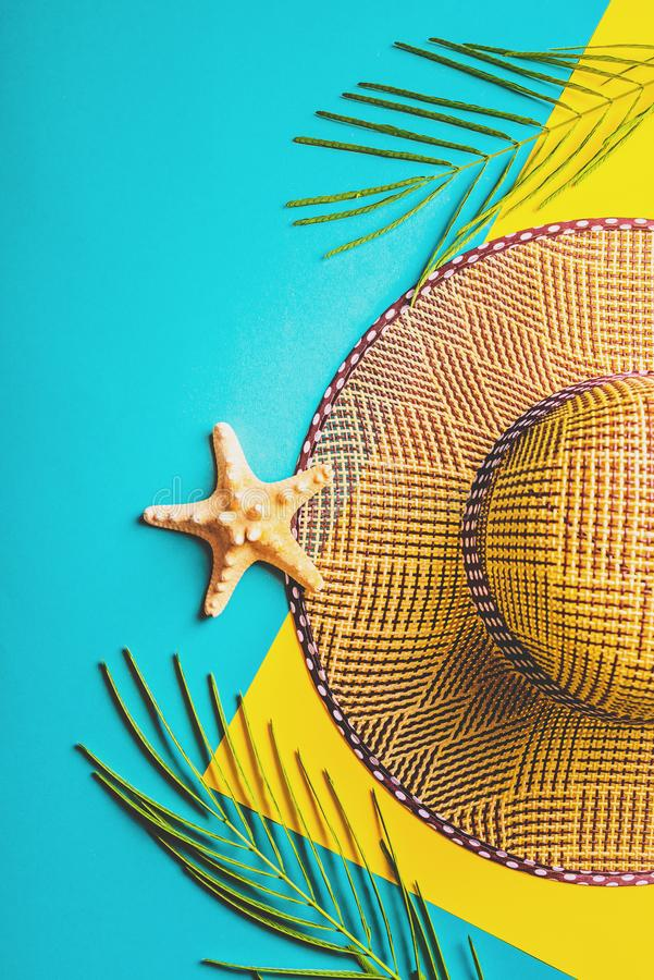 zmienia kolor kolorowego składu łatwo lata ilustracyjnego wektora Tropikalni palma liście, słoma plażowy kapelusz, rozgwiazda na  fotografia royalty free