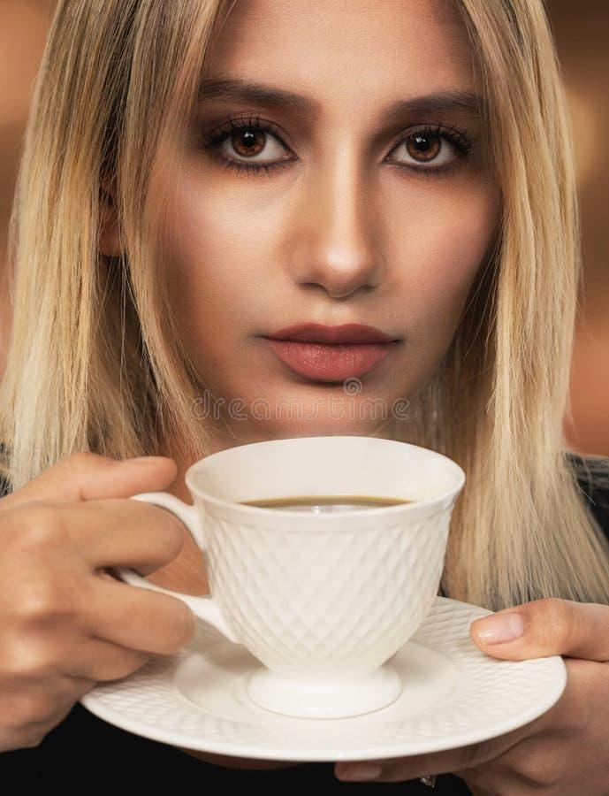 zmieniam być piękna pić kawy, wrabiają obrazy moje zdjęcia portfolio izolować kobiety obrazy stock