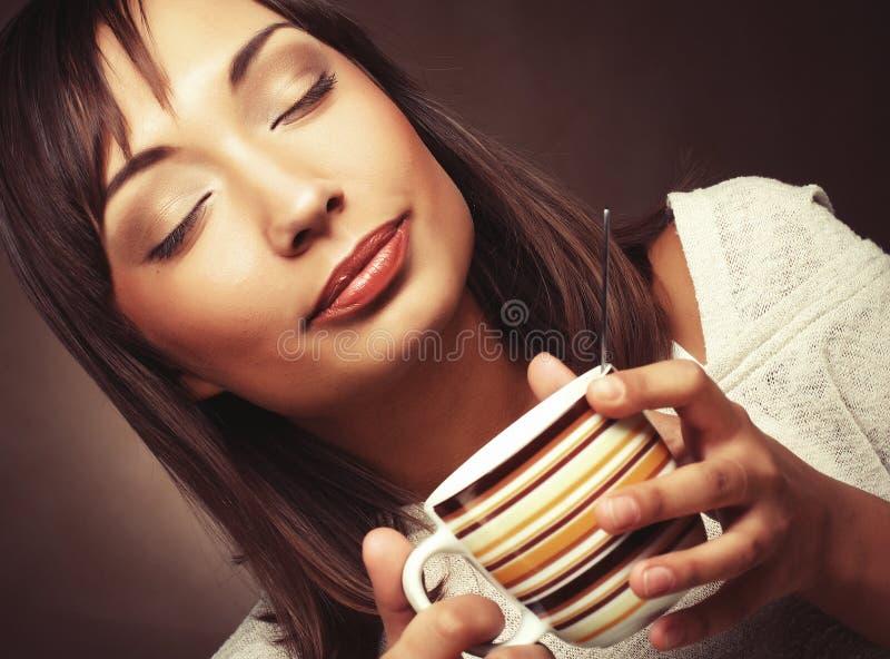 zmieniam być piękna pić kawy, wrabiają obrazy moje zdjęcia portfolio izolować kobiety zdjęcie stock