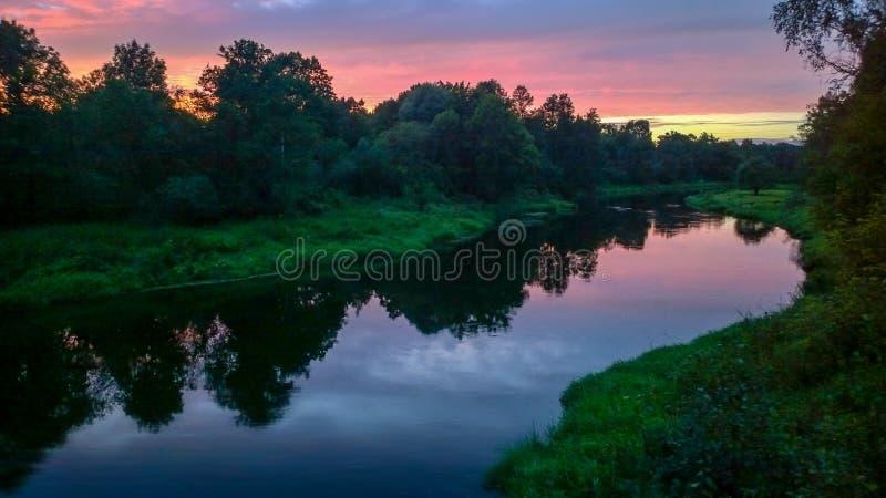 Zmierzchów lolors zbliżają rzekę fotografia stock