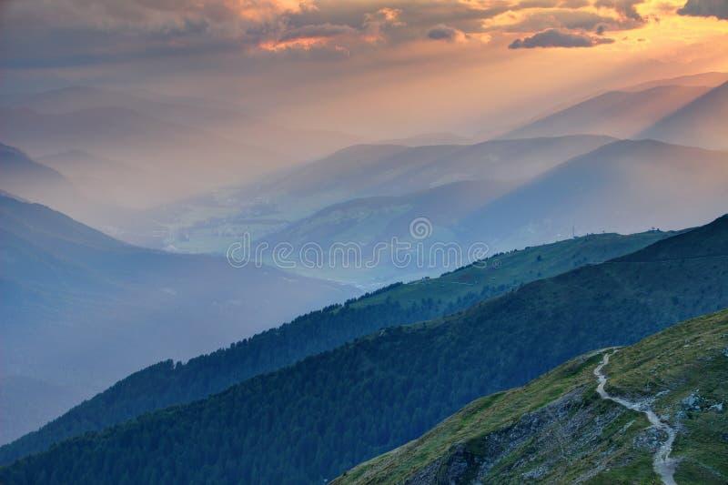 Zmierzchów promienie nad mgławym Pusteria dolinny Altowy Adige Sudtirol Włochy zdjęcia royalty free