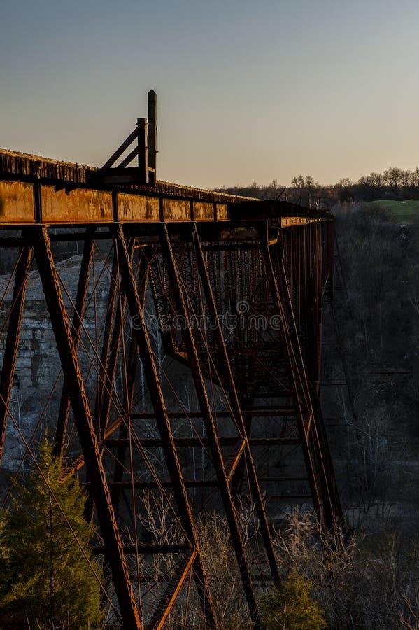 Zmierzch, Błękitna godzina/Norfolk & Zachodnia linia kolejowa Kentucky - Zaniechany Młody ` s wysokości most - Kentucky rzeka - obrazy royalty free