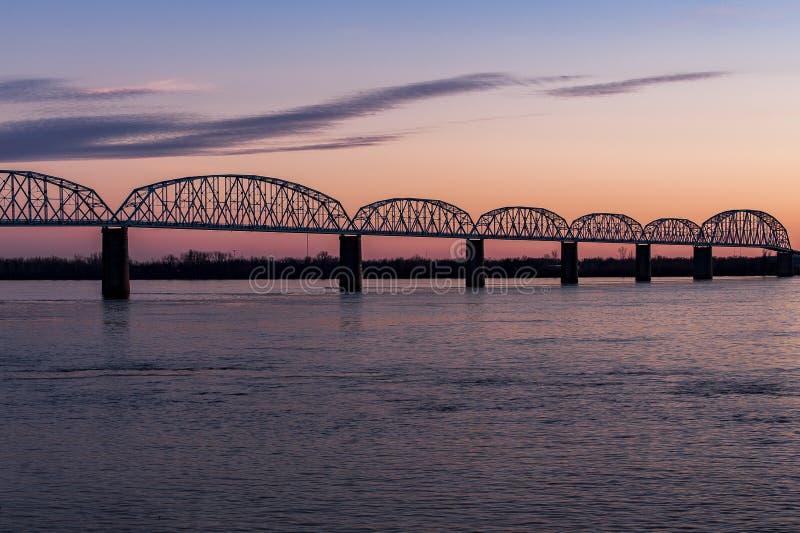 Zmierzch, Błękitna godzina przy Historycznym Brookport mostem/rzeka ohio, Brookport, Illinois & Kentucky -, zdjęcie stock
