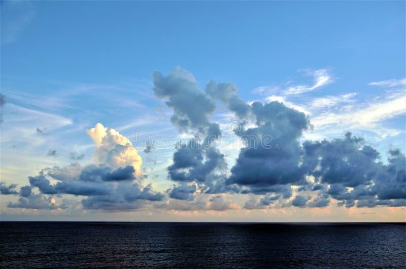 Zmierzch chmurnieje nad oceanem indyjskim obraz royalty free