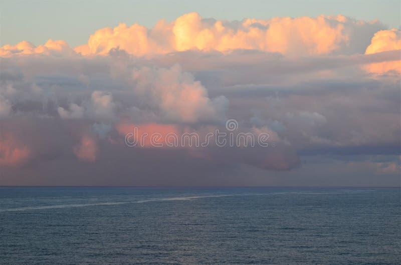 Zmierzch chmurnieje nad oceanem indyjskim zdjęcia stock