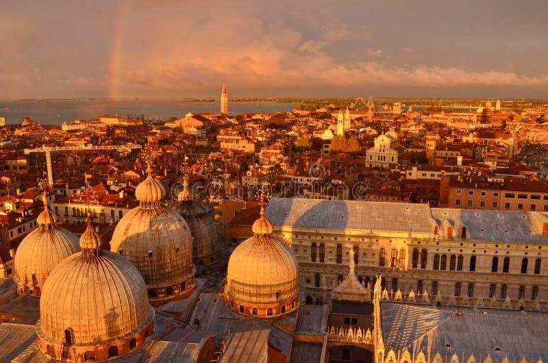 Zmierzch i tęcza nad Wenecja fotografia stock