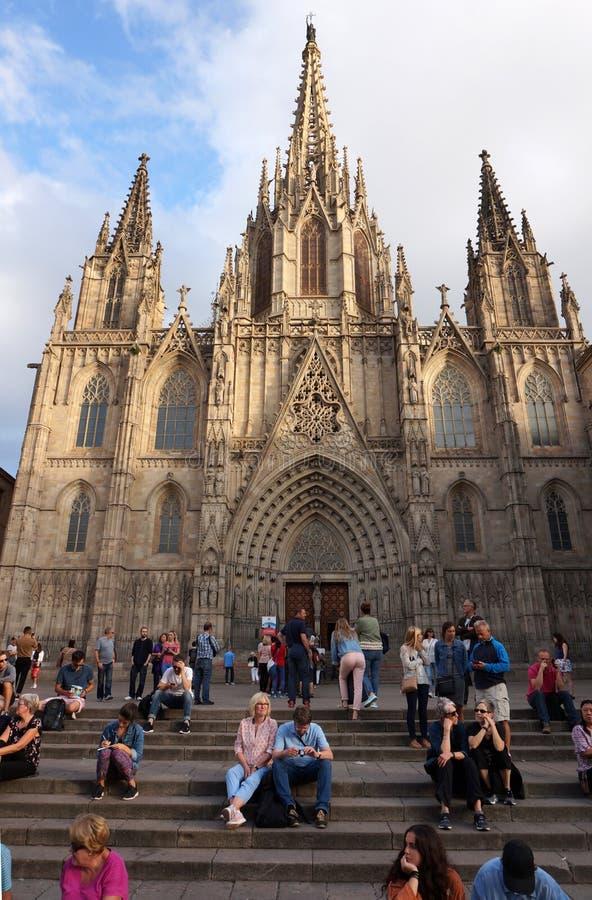 Zmierzch i turyści przy Barcelona katedrą obrazy royalty free