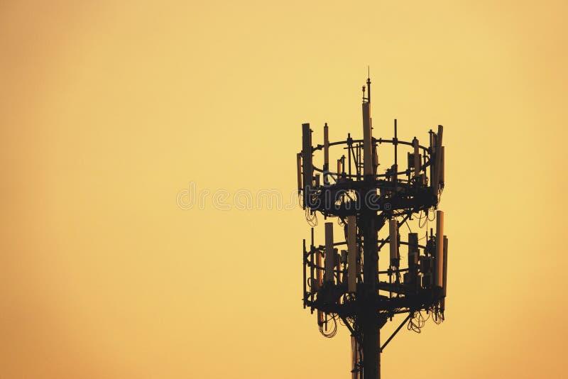 Zmierzch i Wysoki maszt z komórkową anteną zdjęcia stock