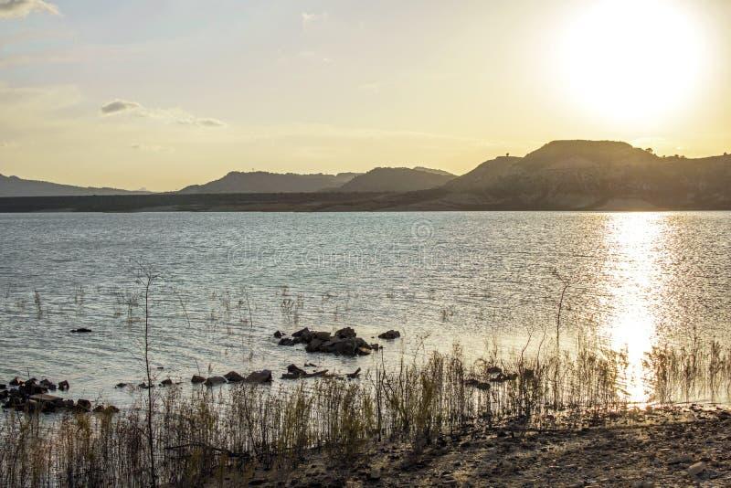 Zmierzch jeziora wody odbicia pomara?czowy krajobraz Zmierzchu wodny odbicie Rzeczny zmierzch pomara?cze widok fotografia royalty free