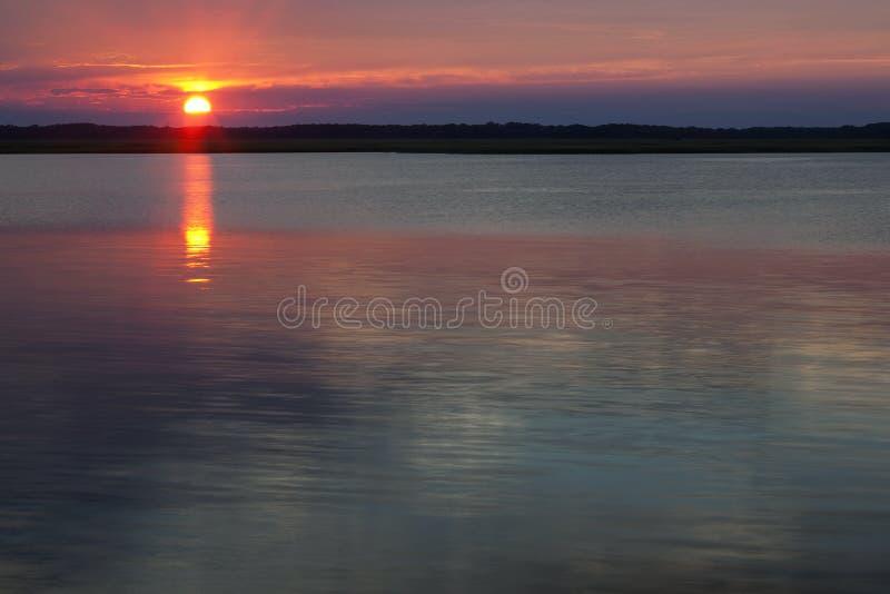 Zmierzch jezioro przy zmierzchem w Wildwood grzebieniu Nowym - bydło zdjęcia royalty free