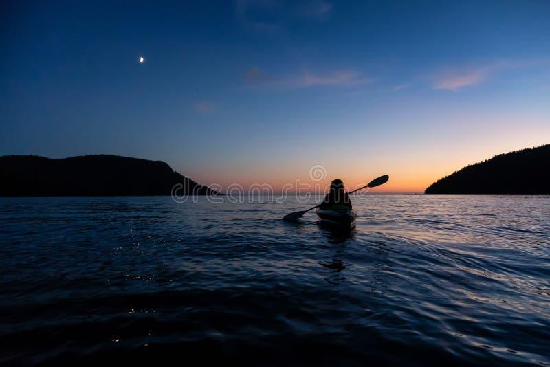 Zmierzch Kayaking na oceanu wybrzeżu zdjęcia royalty free