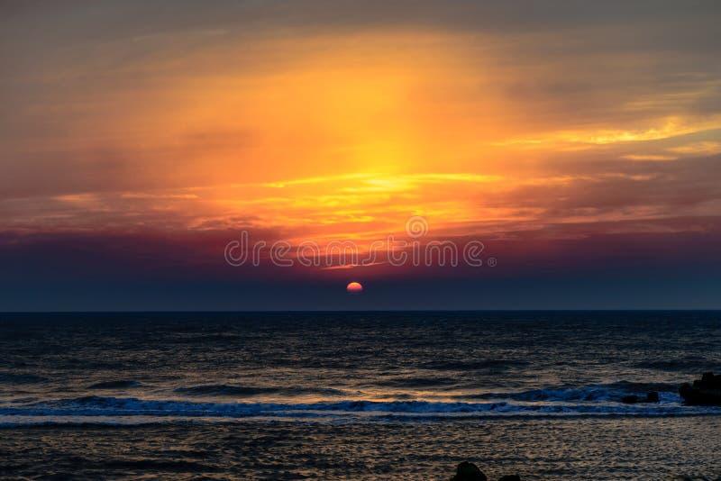 Zmierzch kolorowe chmury rozlewa nad morzem obrazy royalty free