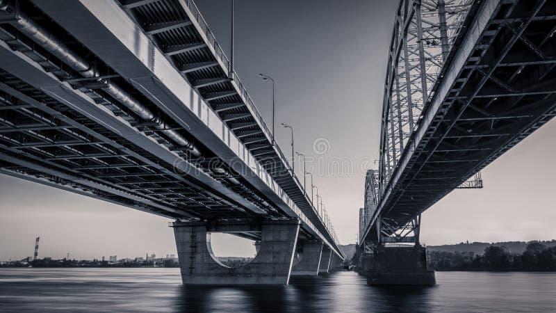 Zmierzch linia horyzontu i krajobraz most nad rzeką budynek miasta wieczorem Moscow wysoki wzrost zdjęcia stock
