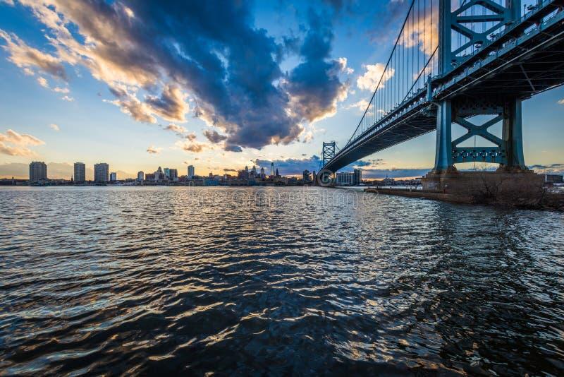 zmierzch linia horyzontu Philadelphia Pennsylvania od Camden nowych jers zdjęcie royalty free
