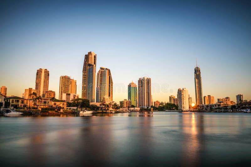Zmierzch linia horyzontu złota wybrzeża śródmieście w Queensland, Australia zdjęcie royalty free