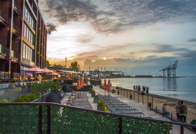 Zmierzch morzem Piękni budynki i port fotografia royalty free
