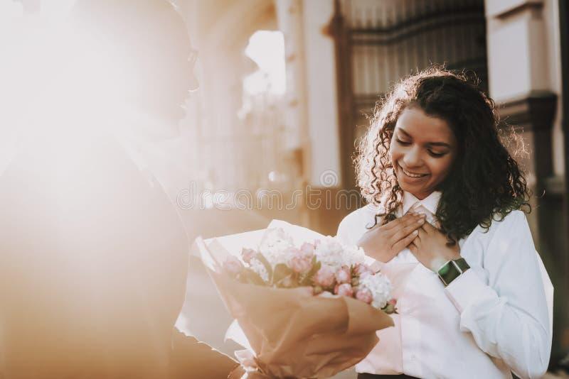 Zmierzch Murzyn data dziewczyna Kwiaty dzień ilustracyjni valentines miłości obraz royalty free