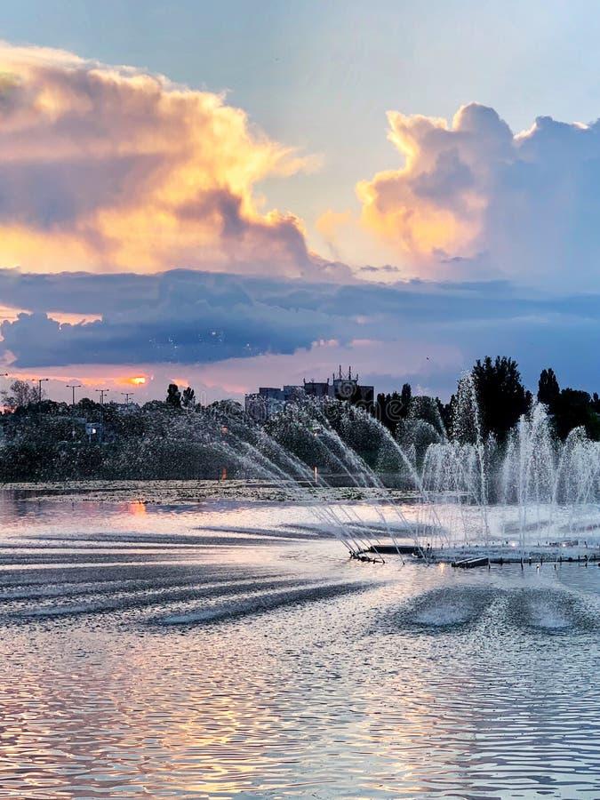 Zmierzch na Bujtos jeziorze z fontanną obrazy royalty free